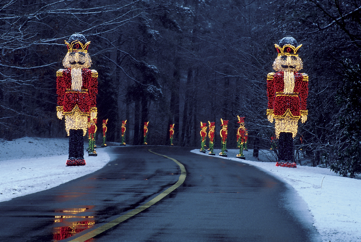 Top 8 places to see holiday lights with global discovery for The best christmas vacations